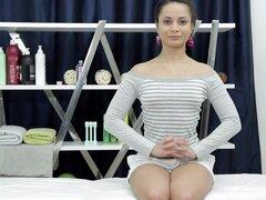 Linda chica sexo desnuda Betty en vez de masaje profesional. ¿En busca de fresca y vapor masaje desnuda porno? ¡Este video de mierda de masaje impresionante es su sucio deseo hecho realidad! Si deseas la atrevida morena pulida Betty que consiguió seducir