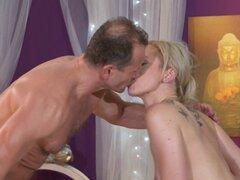 Rubia obtiene masaje sensual de masajistas fuerte. Euro desnudo caliente rubia consigue sensual aceite masaje masajista experimentado con manos fuertes y luego ella chupa y se lo folla en la sala de masajes
