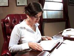 Lesbianas culo caliente en el asiento de la oficina recibiendo lamidas de coño agradable - Cassidy Clay