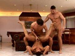 Tres chicos tienen sexo gay después de jugar billar