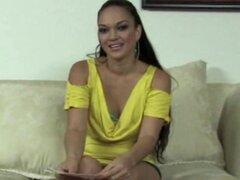 Modelos con clase tirando acción de audición. Elegante modelo de casting latina con tanlines agradable tirando de audition