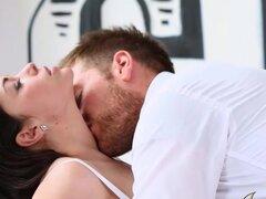 JoyBear Video: Lena?? Joybear s hombre nuevo, le gusta hacer porno elegante a un nuevo nivel, y esta escena de alta calidad no es la excepción. Lena es tener sexo por teléfono sucio con Alex, hasta que el timbre de la puerta les interrumpe bruscamente. Af