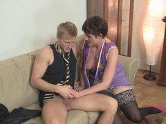 Caliente 60 años mujer en medias extiende las piernas. Caliente 60 años mujer en medias extiende las piernas