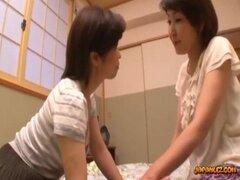 2 mujer madura tetona besándose frotando tetas chupando pezones en la sala de