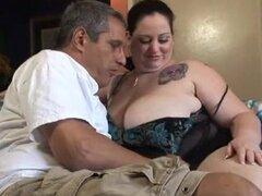 Se debe tener una enorme chica gorda montando su polla dura