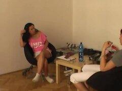 Morena tetona haciendo mamada cachonda, este videos incluye escenas backstages como entrevista, lapdance y blow job de disparar con esta cachonda tetona amateur de República Checa.