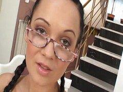 Nerdy chica con gafas follada