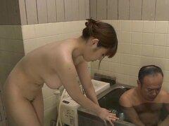 Honami Uehara da un sorprendente masturbación con la mano a ese tipo de grasa - Honami Uehara