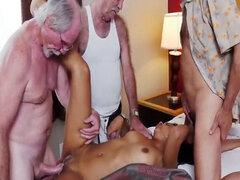 Latina follando a cuatro viejos hombres mamando de perrito