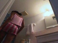 Sexy chica negra cogido desnudo en su propio cuarto de baño por una cámara espía, este hottie negro tiene mucho que ofrecer. Ella muestra sus tetas redondas de chocolate después de una ducha, se frota todo su cuerpo con loción y se dobla sobre derecho del