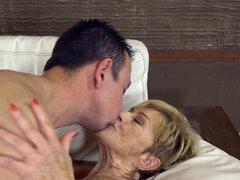 Anciana alanada. Tongued anciana follada antes de chupar polla para semen facial