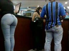 Mega Culona en jeans azules,