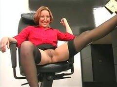 Juguete del sexo gigante cubre a sexy mujer madura insondable,