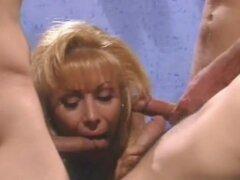 Folladores serie 04 - escena 3. Esta rubia MILF es demasiado experimentado para follar con un hombre. Ella necesita por lo menos dos chicos calientes para follar solo para satisfacer sus impulsos sexuales. Suerte para esta MILF, ella es caliente y puede t