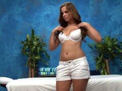 Chica sexy de 18 año de edad. Chica sexy de 18 año de edad se la follan duro por detrás por su terapeuta de masaje