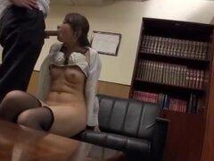 Japonesa AV modelo es sexy milf en traje de oficina y las medias negro clavadas, hermosa milf caliente es un modelo de sistema de pesos americano japonés en un traje de oficina. Ella está en la oficina y conseguir un montón de atención de su trabajador co