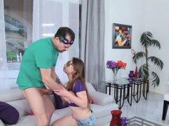 Papá engañado por un adolescente follando su coño peludo. Papá es engañado por un teenie morena follando su coño peludo después de una noche de fiesta durante el Mardi Gras