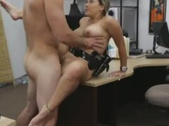 Poli tetona recibiendo Doggystyled sobre un escritorio detrás de casa de empeño