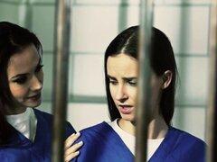 Chicas les scissoring coños en la cárcel. Chicas les scissoring y lamiendo coños en la cárcel
