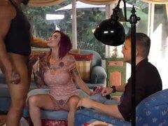 Ana Bell picos chupa la polla de monstruo en sesiones de Cornudo