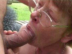 Abuela fea se la follan duro. Abuela fea con gafas chupa la polla y se la follan duro fuera de