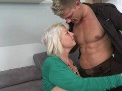 Mamá y encantadora esposa follan joven