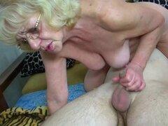 Granny follando chico joven con correa en