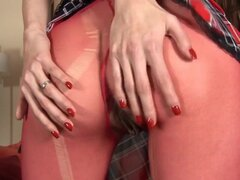 WetAndPuffy Video: Silvie. Silvie de dulce se extiende sus labios coño largo con las dos manos para sacar sus labios a través del agujero de sus entrepierna medias rojas. Es un gran comienzo para un video muy caliente que también cuenta con un montón de c