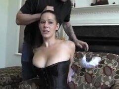 Mujer de vestido negro en la sala de estar