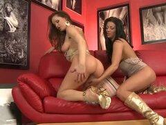 Dos chicas hermosas tienen una verdadera caliente sexo lesbico