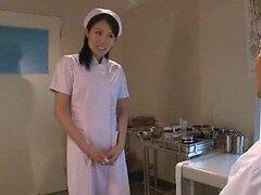 Sexy enfermera japonesa follada en trío