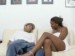 Negro puta Picks Up chico en tienda de donas, Monet es una princesa afroamericana caliente que nunca ha sido tímida sobre su cuerpo. Cuando ella lleva este chico a su lugar, ella puntales sus cosas para él en un vestido blanco ajustado. Ella tiene hambre