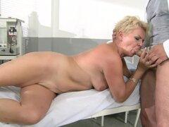 Rubia abuela Helen tiene sexo con un lascivo médico en el hospital