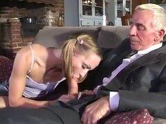 Malvado viejo folla adolescente en el chocho, un malvado hombre viejo folla puta adolescente en su twat mientras su esposa folla a su jefe con un consolador.