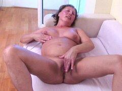 Impresionante Liana digitación su coño seductoramente en casting madura - Liana