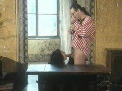 Porno vintage italiano muestra ser clavadas, adolescentes perras de joven italiano perras sus coños unshaved folladas muy duro en esta película vintage. Algunos de ellos follan en tríos y conseguir tratamientos faciales.
