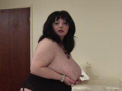 Deanna agria madura gorda cabalga dura en un enorme consolador rojo - Deanna