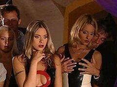 Chicas muy cachondas y sexy exprimiendo toda la leche calentita de enormes vergas en sexo grupal