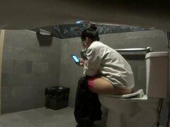 Espiar su vape en el inodoro, esta chica toma muy en serio sus roturas del tocador y utiliza hasta un grado máximo. Camara oculta había pillada su tomar una orina, mensajes de texto en el teléfono móvil y vaping un cigarrillo electrónico al mismo tiempo.