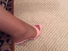 Chica en juegos de las medias y sus tacones, Slutty babe provocativa medias de juega con sus zapatos de tacón altos y es un gozo para cualquier pervertido que puede verse en HD.
