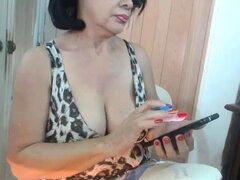 Señora madura voluptuosa parpadea sus curvas calientes en la webcam