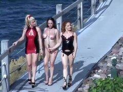 Guarras lesbianas divertirse en el balcón
