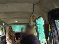 Trio con chicas calientes en falso taxi en público. Tetona rubia y morenas lesbianas inglés lamiendo en la parte posterior asiento en falso taxi y conductor junto a ellos para un trío chupa y follan en lugares públicos