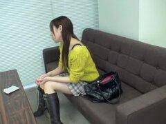 Adorable japonesa obtiene coño lamió durante el examen médico, muy linda japonesa Chica suéter amarillo obtiene su twat peluda lamido bien durante un examen médico y ella parece estar más que contento con ese tratamiento rizado y caliente.