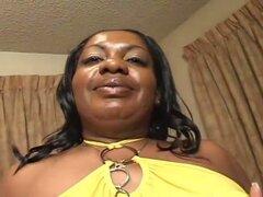 Big Momma caliente monta una polla negra