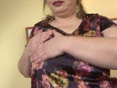 Mamá madura pecho grandes jugando con su coño afeitado. Grandes pecho mamá madura jugando con su coño afeitado