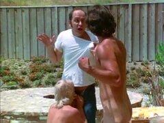 Película porno retro de la década de 1980 con zorras peludas, un montón de sexy peluda porno stars de la década de 1980 conseguir sus coños duramente asolados por caliente pollas en esta pelicula vintage.