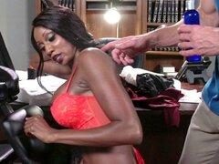 Chica negra muy caliente da ese dulce coño a su jefe blanco - Diamond Jackson