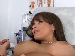 Lujo grande boobed grande assed Latina chica Valery veranos y está teniendo salvaje tornillo con dos médicos pervertidos. Relleno de labios y arrebatar por grandes pollas tiesas.