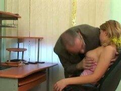 Chica adolescente sexy muestra senos bonitos